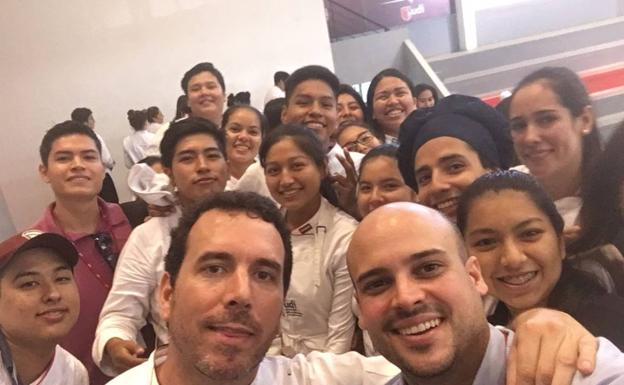 Willie Orellana con alumnos de la universidad./SUR