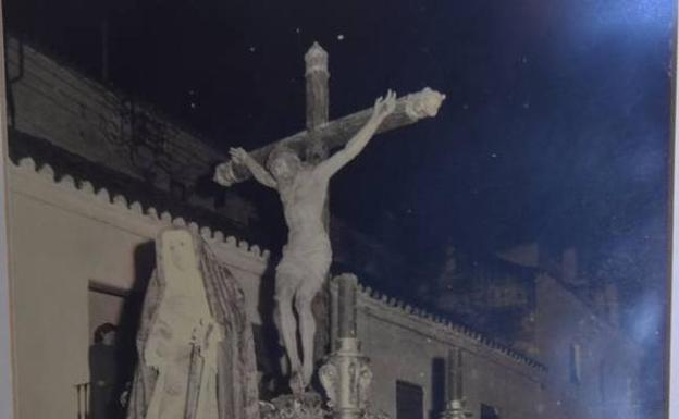 Primera salida de la Virgen de la Caridad, a los pies del Cristo del Amor, en 1967.