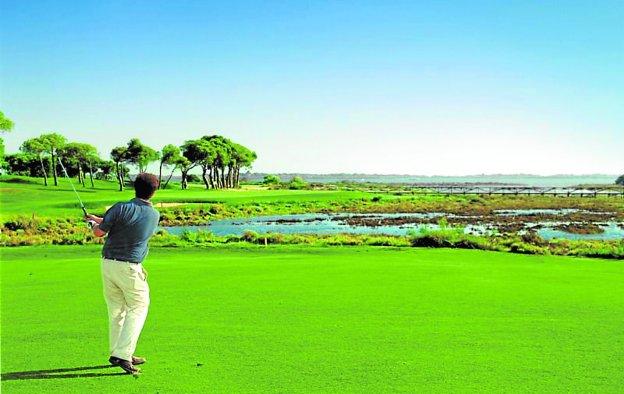 Situado en el extremo occidental de Andalucía, el campo de golf de El Rompido se integra en el paraje natural de las Marismas del Río Piedras. :: sur