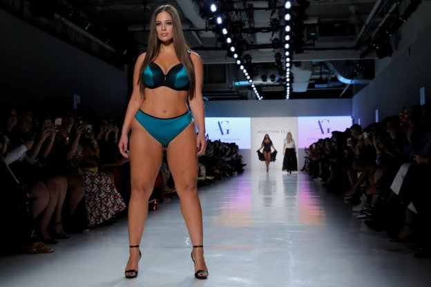 La modelo Ashley Graham desfila para la marca de lencería Addition Elle. :: Andrew Kelly / reuters/