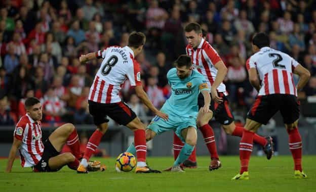 Leo Messi, rodeado de futbolistas del Athletic, en una acción del partido disputado en San Mamés. :: Vincent West / reuters