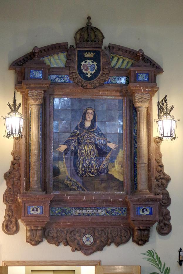 El salón de tronos está presidido por un gran mosaico de la Virgen que pertenecía a una antigua fábrica de Málaga. :: eduardo nieto /