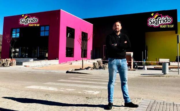 Sigfrido Molina, junto a las obras de su nueva sede. /SUR