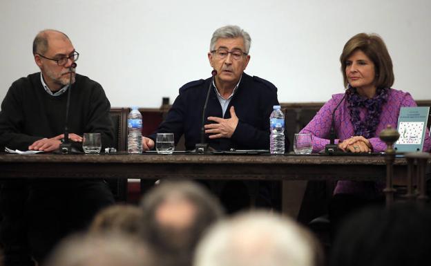 Juan Gavilán, entre Pablo Aranda y Esperanza Oña, ayer, en la conferencia del Aula de SUR. /Ñito Salas
