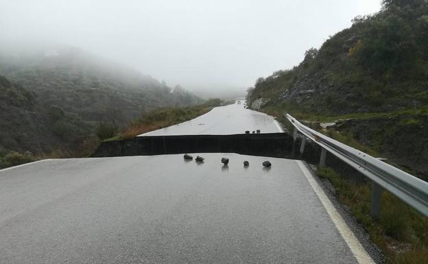 Socavón en la carretera entre Salares y Archez./SUR