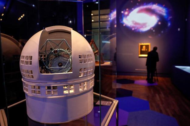 La maqueta de un telescopio en 'Cosmos', la nueva exposición de la Biblioteca Nacional. :: efe/