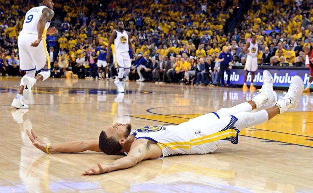 Stephen Curry celebra una canasta.