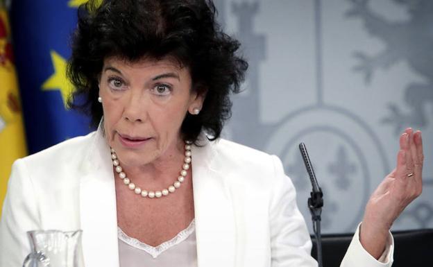 La portavoz del Gobierno, Isabel Celaá, durante una rueda de prensa. /Zipi (Efe)