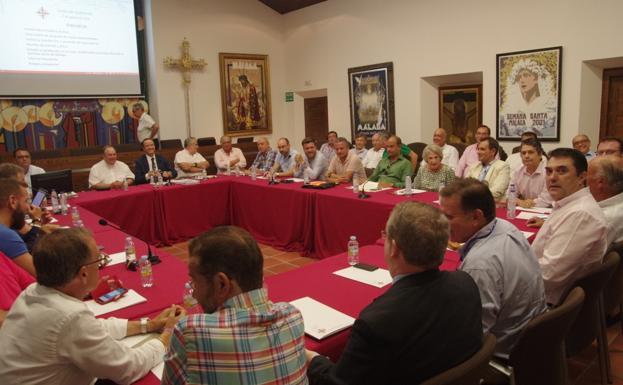 Imagen del inicio de la histórica reunión de la junta de gobierno de la Agrupación, donde se aprobó el nuevo recorrido. /Eduardo Nieto