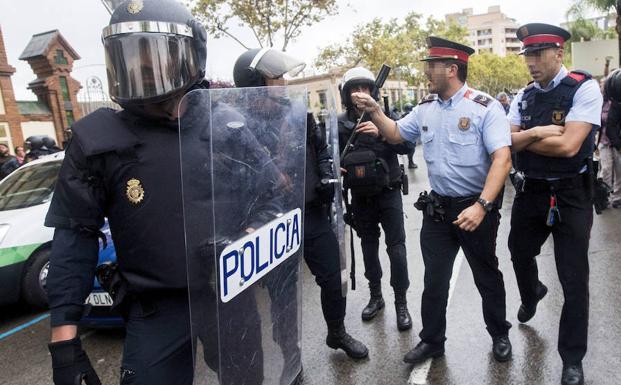 Un Mosso d´Esquadra se encara con un policía nacional. /Quique García (Efe)
