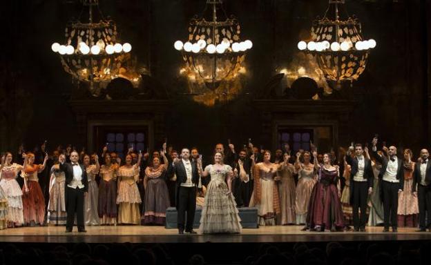 La soprano Ainhoa Arteta y el tenor Antonio Gandía, en el centro, en el famoso brindis./Ñito Salas