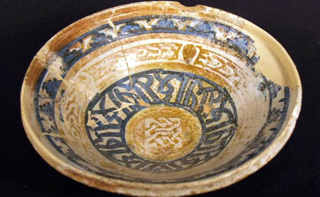 Ataifor decorado en dorado y azul procedente de la Alcazaba de Málaga./M. D. M.