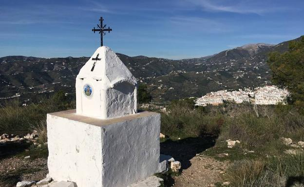 Vista panorámica del litoral nerjeño desde la cumbre de la Cruz de Pinto. /E. Cabezas