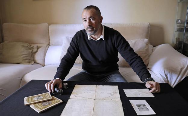 José Fernández Molina, junto a los documentos históricos sobre la Alhambra atribuidos a Gómez-Moreno./MIgue Fernández