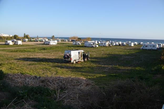 Aspecto que presentaba ayer por la tarde la zona más occidental de la playa nerjeña de El Playazo./E. C.