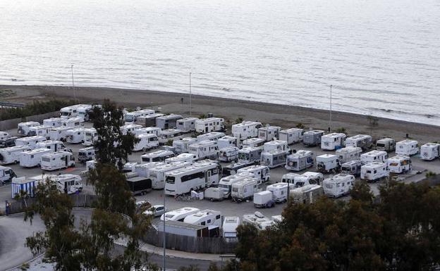 Vista aérea del 'camping' de autocaravanas de Málaga, que estos días está lleno. /Ñito Salas