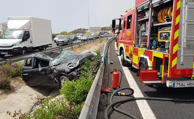 Bomberos intervienen en el lugar del accidente./SUR
