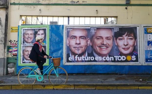 Un vecino de Buenos Aires pasa frente a un cartel electoral/sur