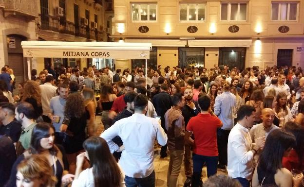 Grupo de personas concentrado en la plaza Mitjana. /SUR