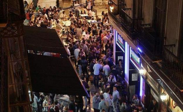 Imagen de la plaza Mitjana durante una noche de fin de semana / SUR
