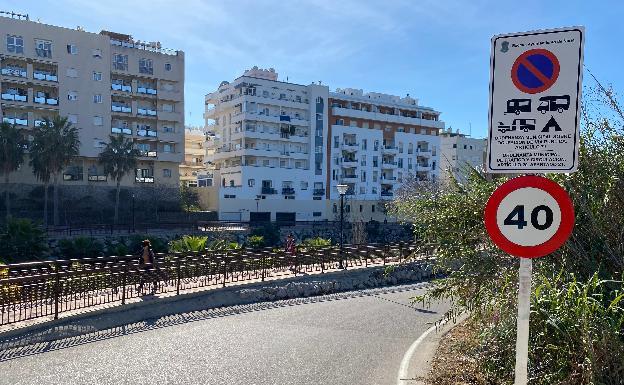 Imagen de una de las señales instaladas por el Ayuntamiento nerjeño en el acceso a El Playazo. /E. CABEZAS