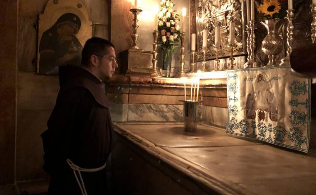 El franciscano Salvador Rosas durante una oración.