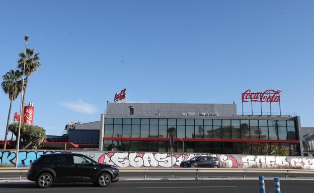 La planta embotelladora de Coca-Cola en Málaga cerrará después de sesenta años de historia
