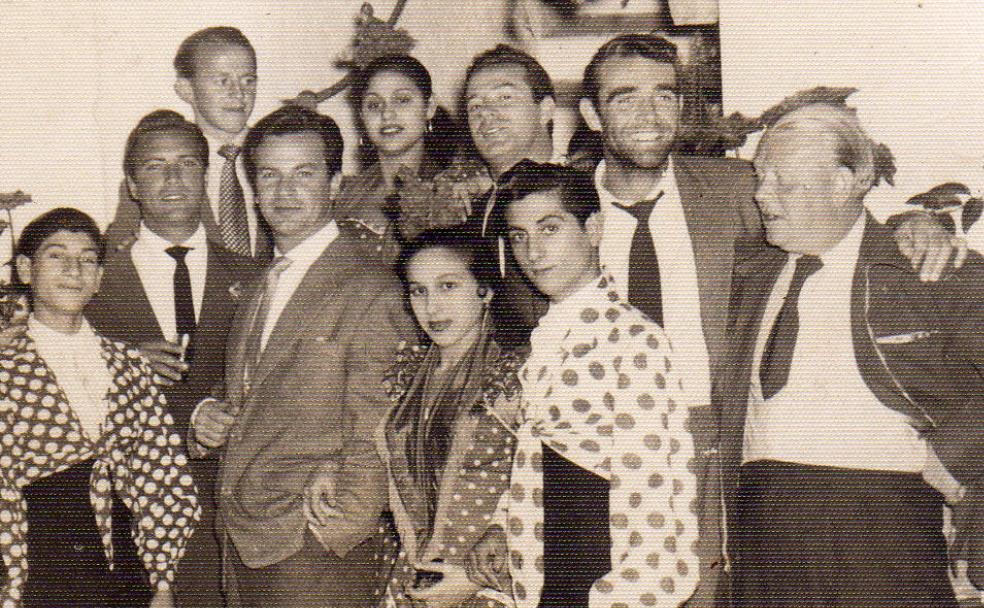 Sean Connery (segundo pro la derecha), junto a artistas flamencos y miembros del equipo de la película 'La frontera del terror', en el rodaje en Málaga en 1957. /Paco Roji
