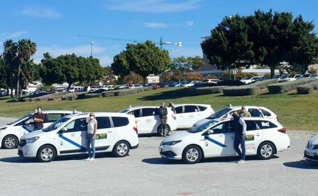 Algunos de los taxistas que forman parte de la iniciativa.