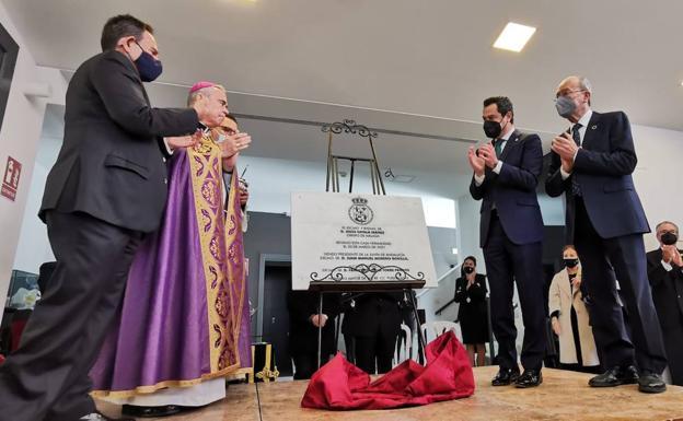Juanma Moreno, junto al alcalde de Málaga, en la inaguración de la nueva casa hermandad de las Reales Cofradías Fusionadas./SALVADOR SALAS