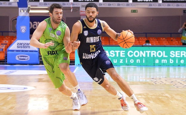Darius Thompson, number 15, in a match with Brindisi in the Champions League.