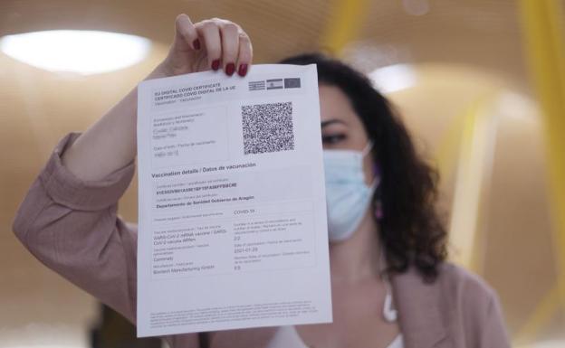 Una mujer muestra su certificado / SUR.arCHIVO