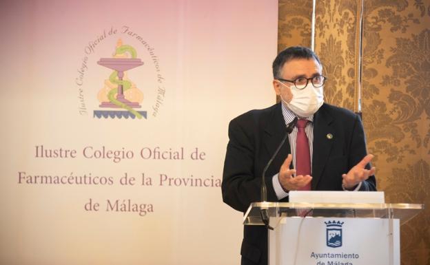 El presidente del Colegio de Farmacéuticos de Málaga, Francisco Florido, durante una rueda de prensa en el Ayuntamiento de Málaga. /Francis Silva