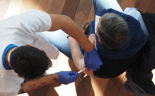 Un médico inyecta una vacuna contra Covid.  /SUR