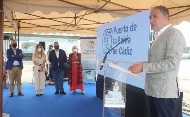 El consejero de la Presidencia, Elías Bendodo, en un acto en el puerto de la Bahía de Cádiz ayer.  /SUR