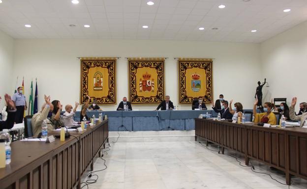 Momento de votación en el salón de plenos durante la sesión. /j.m.m