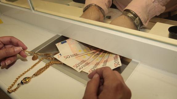 5afde565ff6e Detenidos el propietario y una emplea de un compraventa de oro de ...